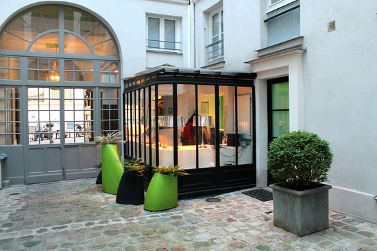 View of front door and check in desk from inside courtyard for Hotel design sorbonne 6 rue victor cousin 75005 paris france