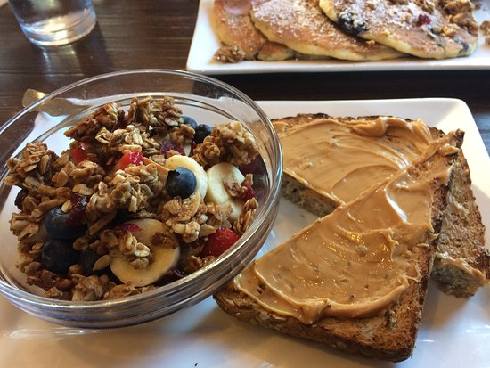 Cranberry Township, Pensilvania: Our breakfast this morning.  New items - superfoods bowl and lemon, blueberry quinoa pancakes an