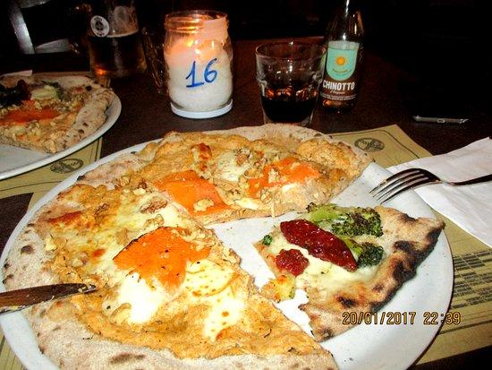 San Gregorio di Catania, Ιταλία: Pizza alla zucca gialla e Pizza broccoletti e pomodorini secchi