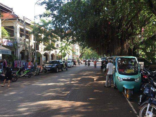 Angkor Sayana Hotel & Spa: Walking along the River Rd . 5 minute walk to Pub Street.