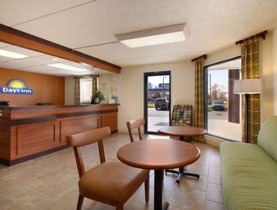 Days Inn Tappahannock: Front Desk and Breakfast Area