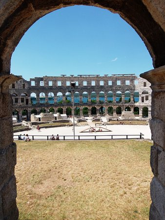 The Arena in Pula: morze w tle