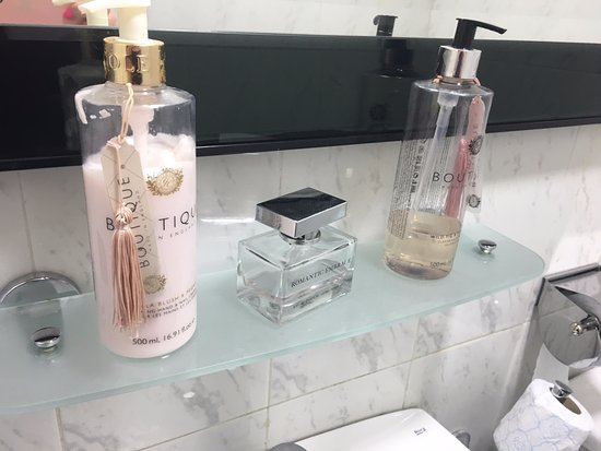 Fazz's Puerto Calero : Even perfume, hand cream etc in the ladies bathroom.. very nice touch