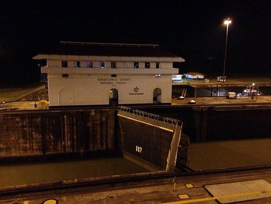 Miraflores Restaurant At The Panama Canal: Vistas del canal desde el restaurant de noche