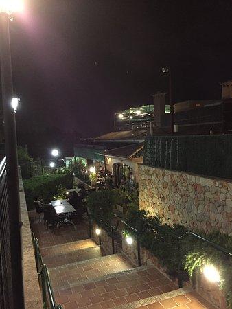 Can Pedro: Trapporna till restauangen i kvälls belysningen