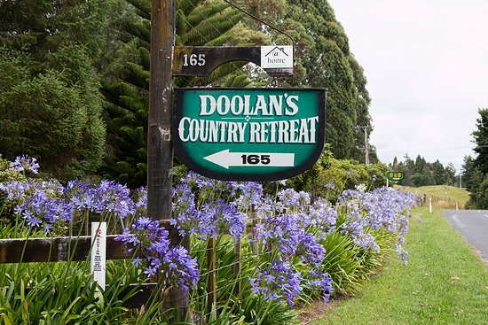 Doolan's Country Retreat: Entrance to property from the road