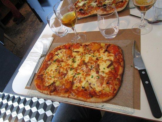 Vimoutiers, France: la spécialité, pizza spéciale à la farine bio d'épeautre, ici à l'alsacienne