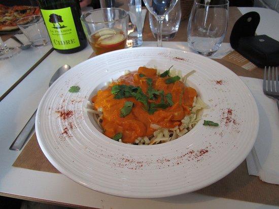 Vimoutiers, Fransa: poulet fermier, tagliatelle à la farine d'épeautre, citron coriandre crème épices indiennes