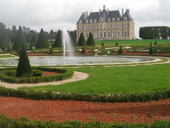 Sceaux, France: fountain & chateau