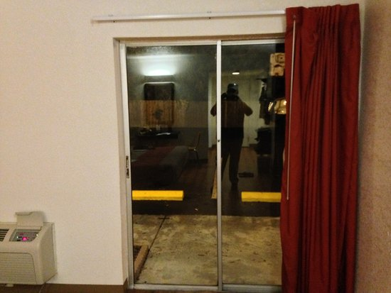 Motel 6 Tampa - Fairgrounds: That is a sliding glass door to the parking lot.