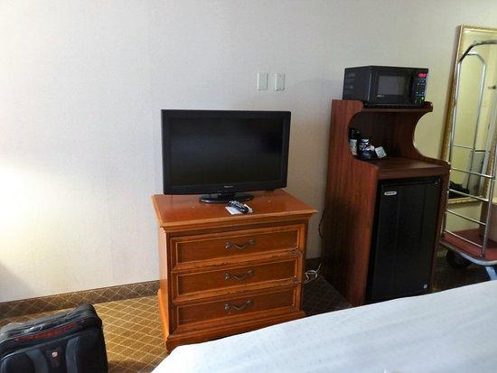 Beaver Falls, Pensilvania: TV dresser at end of bed