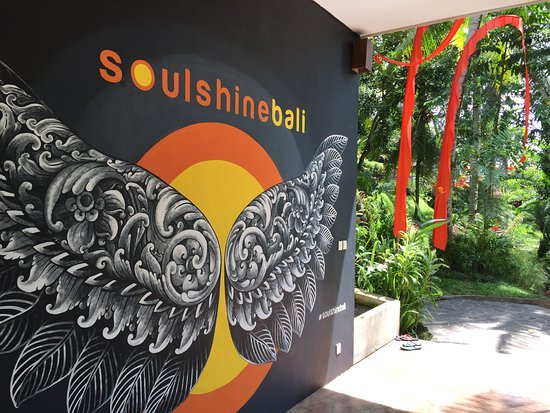 Soulshine Bali: Wing mural on the room building.