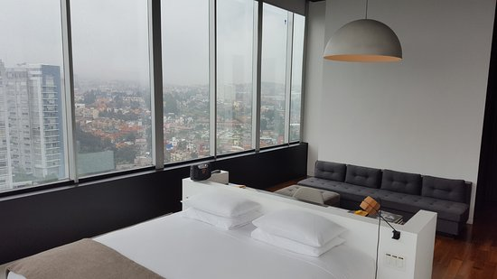 Distrito Capital: The sofa and side of the room had a wonderful view.