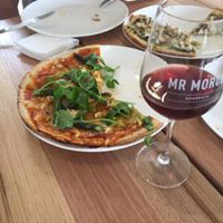 """Sorrento, Australia: Come down for a glass of wine with our """"specials"""" Pizza"""
