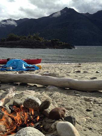Manapouri, Neuseeland: Lighting a fire to keep the sandflies away