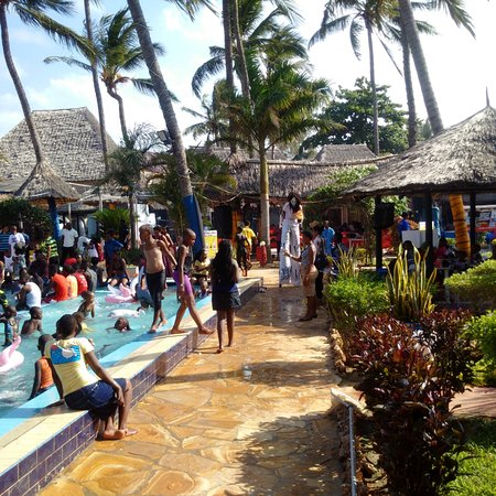 Jangwani Seabreeze Resort: Families having a great time
