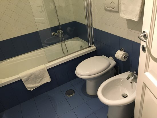 QuodLibet: 작년 여름 로마에서 묵으며 만족했던 숙소입니다! 아직도 기억이 나는 아침식사, 친절한 주인, 그리고 깨끗한 방과 욕실. 바티칸까지 걸어 가기도 편하고 거리도 안전합니다. 낡