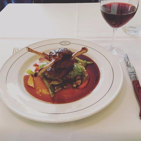 Boulcott Street Bistro: ラムのマリネと赤ワイン。メインにおすすめのワインということでお願いしました。