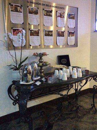 Ouro Minas Palace Hotel: Mesa de chá com biscoitos e frutas