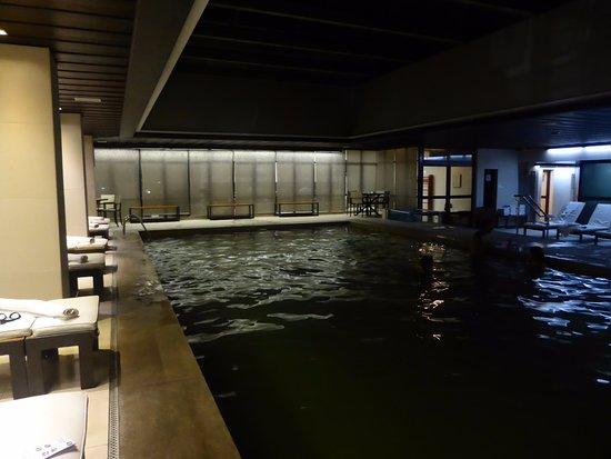 Ouro Minas Palace Hotel: Piscina aquecida, durante à noite, com academia por trás.