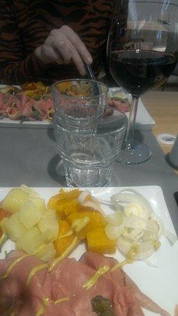 Tessera, Italia: plate service and wine at the aeroport Canto Wine bar