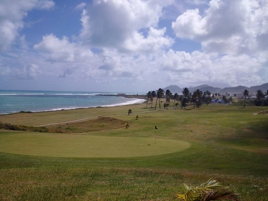 Costa Sur, Saint Kitts: 15th Green looking down the 16th along the ocean