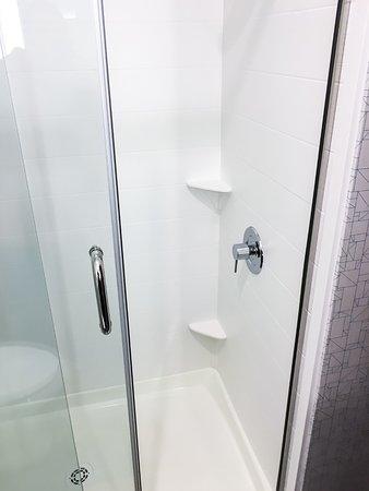 Jamestown, Estado de Nueva York: Spotless Walk-in Shower