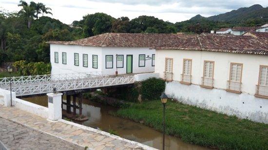 Vista do hotel obtida da frente do museu(residencia) de cora ...