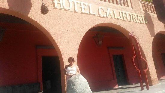 Hotel California: enfrente del hotel