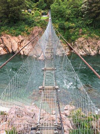 Nelson-Tasman Region, Nueva Zelanda: Crossing the Buller Gorge Swing Bridge