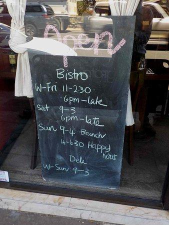 Bonbeach, Australie : Opening Hours on blackboard