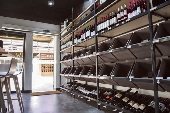 Villamartin, Spain: medium range wines area