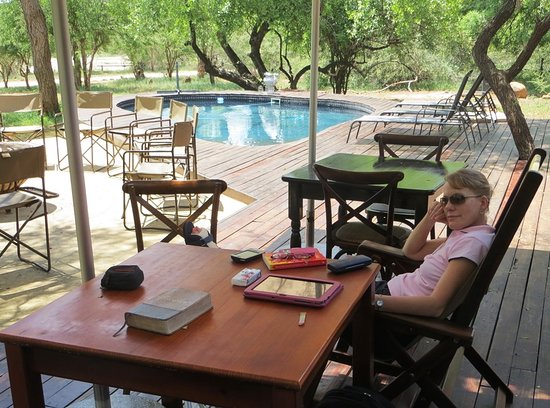 Marloth Park, Sudáfrica: Outside seating at swimming pool.