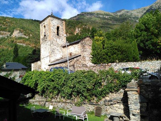 Apartamentos Alba Casa Alquesera: Desde una habitación. Jardín de la Casa e Iglesia del pueblo (no hay campanadas horarias)
