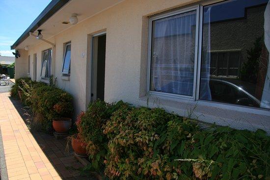 Ann's Volcanic Rotorua Motel and Serviced Apartments : Eingang zum Zimmer ist nicht gerade einladent