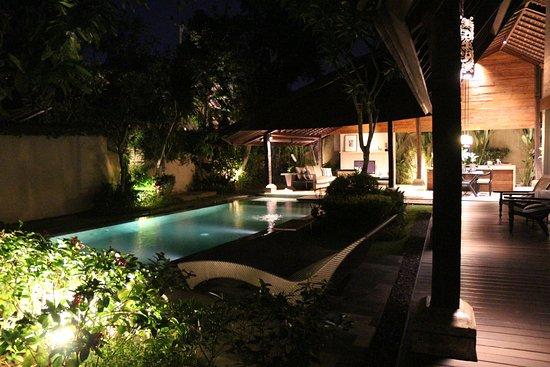 Ametis Villa: 풀빌라 야간 사진