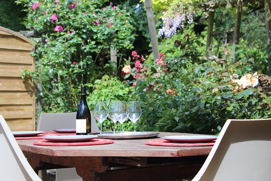Grezille, France : Un verre de vin de Loire en extérieur