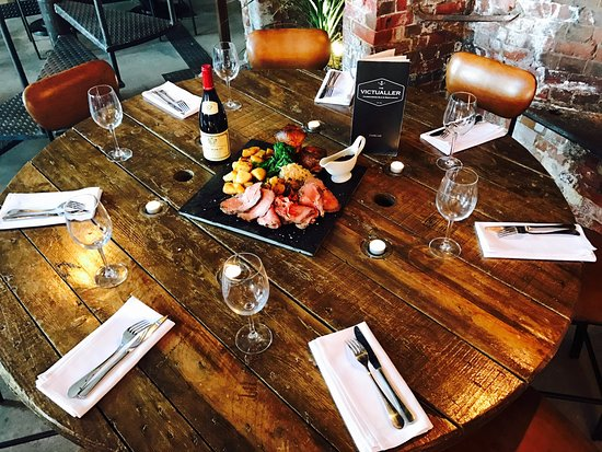 Gosport, UK: Sunday Roast share slate at The Victualler