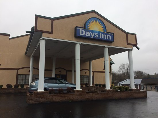 Days Inn Lexington: Front desk is helpful\nice.The rooms were outdated but very clean!Only issues broken glass\dirty