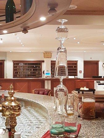 Les Diablerets, Switzerland: Engageret bartender laver specielle drinks