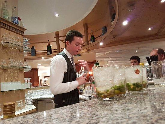 Les Diablerets, Switzerland: Barområdet med den engagerede bartender