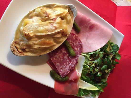 La Roche-Posay, France : Gambas sauce exotique , Boulet Rochelais sauce au foie gras, Patiflette, pâtes fraîches maison a