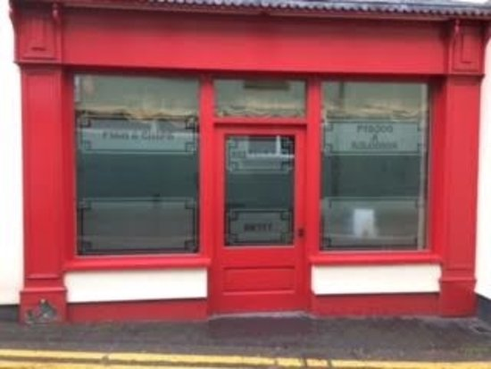 Lampeter, UK: Lloyds Fish and Chip Shop - the entrance into their restaurant from Ffordd y Porthmyn / Drovers
