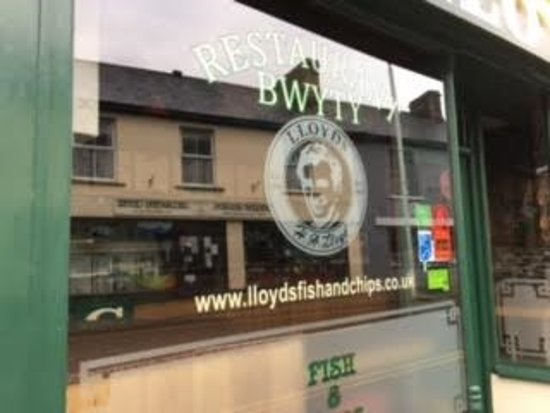 Lampeter, UK: Lloyds Fish and Chip Shop - the signage outside the main entrance into their take-away