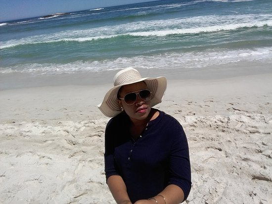 Camps Bay, Sudáfrica: My wife chillin on the beach