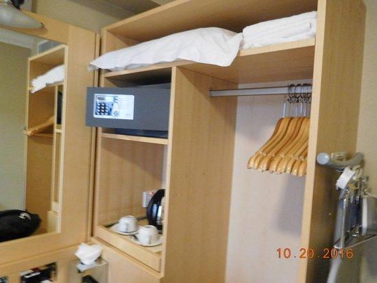 Academy Plaza Hotel: desk and closet