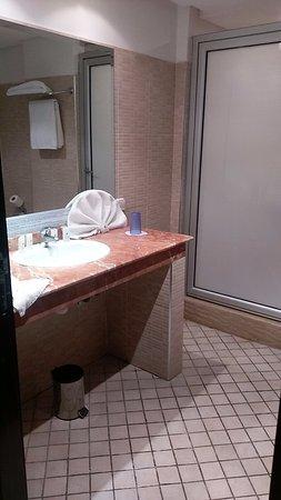 ألماس هوتل: salle de bain très propre