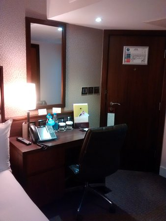 DoubleTree by Hilton Hotel London - Marble Arch: Desk area, tea/coffe in drawer.