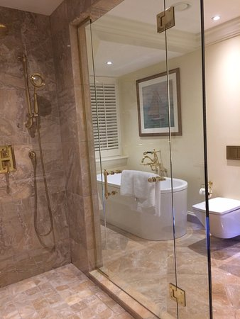 Turnberry, UK: All bathrooms with a marble modern look