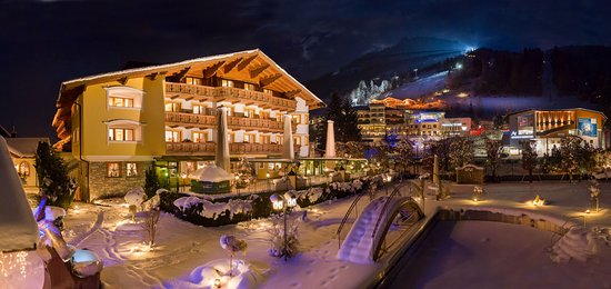 Sankt Johann im Pongau, النمسا: Verwöhnhotel Berghof - Abend-Außenaufnahme